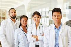 Межрасовая группа в составе доктора в больнице Стоковое Изображение RF