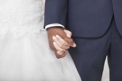 Межрасовая свадьба пар Стоковые Фото