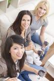 Межрасовые друзья женщин группы выпивая вино Стоковое фото RF