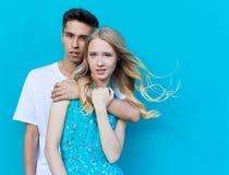 Межрасовые молодые пары в влюбленности внешней Сногсшибательный чувственный внешний портрет молодых стильных пар моды представляя Стоковая Фотография RF
