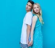 Межрасовые молодые пары в влюбленности внешней Сногсшибательный чувственный внешний портрет молодых стильных пар моды представляя Стоковое фото RF