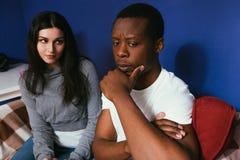 Межрасовые пары, человек и женщина думают будущего Стоковое Фото