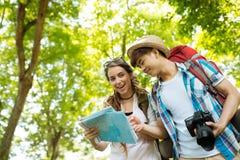 Межрасовые пары hikers Стоковое Фото
