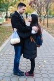 Межрасовый обнимать пар внешний Стоковая Фотография RF