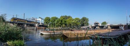 Междугородный поезд пересекая воду Стоковая Фотография