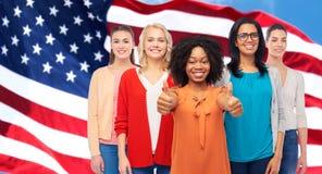 Международные американские женщины показывая большие пальцы руки вверх Стоковые Изображения RF