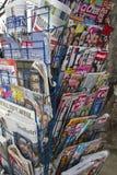 Международные газеты и стойка кассеты Стоковая Фотография RF