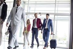 Международные туристы приезжают в зал ожидания авиапорта Стоковые Фотографии RF