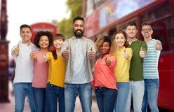 Международные люди показывая большие пальцы руки вверх на Лондоне Стоковые Изображения RF