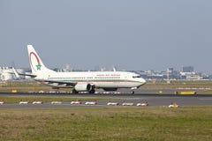 Международный аэропорт Франкфурта - Боинг 737 королевского воздуха Maroc принимает  Стоковые Фото