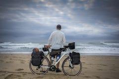 Международный велосипедист на пляже с велосипедом Стоковое Изображение RF