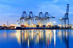 Международный грузовой корабль контейнера с работая мостом крана внутри Стоковые Изображения