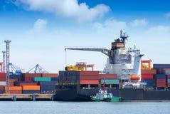 Международный грузовой корабль контейнера с работая мостом крана Стоковые Фото