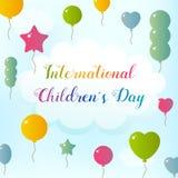 Международный день ` s детей Воздушные шары летают к небу Текст на облаке Стоковая Фотография