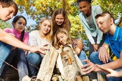 Международный костер стройки подростка совместно Стоковые Изображения