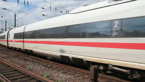 Международный поезд на железнодорожном вокзале Кёльна сток-видео