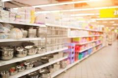Междурядье супермаркета и полки, влияние нерезкости объектива Стоковая Фотография RF