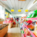 Междурядье супермаркета, нерезкость движения стоковое изображение rf