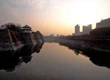 Между замком Himeji и городской Стоковые Изображения RF