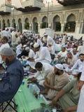 МЕККА, ЖИТЕЛЬ САУДОВСКОЙ АРАВИИ ARABIA-CIRCA ИЮНЬ 2019: Неопознанные мусульманские люди прочитали Коран и предложить молитвы пока стоковые фото