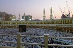 МЕККА - 6-ОЕ ИЮЛЯ: Толпа tawaf Kaaba circumabulate паломников 6-ого июля 2011 в мекке, Саудовской Аравии Паломники circumambulate Стоковая Фотография RF
