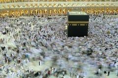 МЕККА - 6-ОЕ ИЮЛЯ: Толпа tawaf Kaaba circumabulate паломников 6-ого июля 2011 в мекке, Саудовской Аравии Паломники circumambulate Стоковые Фотографии RF