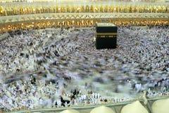 МЕККА - 6-ОЕ ИЮЛЯ: Толпа tawaf Kaaba circumabulate паломников 6-ого июля 2011 в мекке, Саудовской Аравии Стоковая Фотография