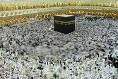 МЕККА - 6-ОЕ ИЮЛЯ: Толпа tawaf Kaaba circumabulate паломников 6-ого июля 2011 в мекке, Саудовской Аравии Стоковое Фото
