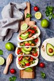 Мексиканец зажарил тако цыпленка с авокадоом, томатом, луком на деревенской каменной таблице Рецепт для партии Cinco de Mayo Стоковая Фотография RF