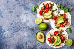 Мексиканец зажарил тако цыпленка с авокадоом, томатом, луком на деревенской каменной таблице Рецепт для партии Cinco de Mayo Стоковая Фотография