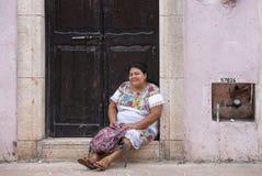 Мексиканская женщина в традиционном платье цветка Стоковые Изображения RF