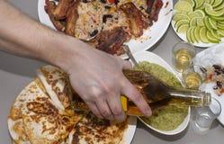 мексиканская партия текила и традиционные мексиканские блюда Стоковое Изображение