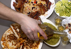 мексиканская партия текила и традиционные мексиканские блюда Стоковая Фотография RF