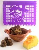 Мексиканская традиционная помадка тыквы сделанная с piloncillo и cinammon на глиняном горшке, известном как tacha en calabaza с у Стоковые Фотографии RF