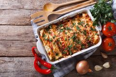 Мексиканская энчилада в взгляд сверху блюда выпечки горизонтальном стоковая фотография rf
