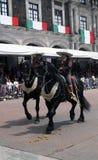 Мексиканские езды женщины и человека в улице Стоковое Фото
