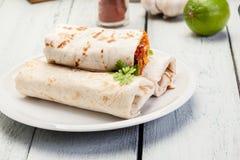 Мексиканские обручи буррито с mincemeat, фасолями и овощами Стоковые Фотографии RF