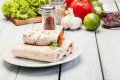 Мексиканские обручи буррито с mincemeat, фасолями и овощами Стоковая Фотография