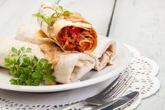 Мексиканские обручи буррито с mincemeat, фасолями и овощами Стоковые Изображения RF