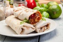 Мексиканские обручи буррито с mincemeat, фасолями и овощами Стоковые Изображения