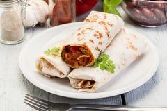 Мексиканские обручи буррито с mincemeat, фасолями и овощами Стоковое Фото