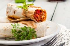 Мексиканские обручи буррито с mincemeat, фасолями и овощами Стоковое Изображение