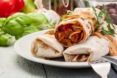Мексиканские обручи буррито с mincemeat, фасолями и овощами Стоковая Фотография RF