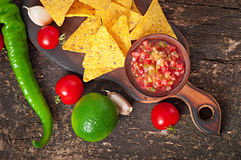 Мексиканские обломоки nacho и погружение сальсы Стоковое Изображение