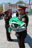 Мексиканские офицеры складывая церемонию флага Стоковые Изображения RF