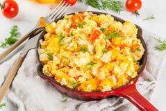 Мексиканские рецепты Revoltillo de Huevos еды, взбитые яйца Ла Dominicana стоковые фотографии rf