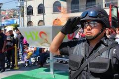 Мексиканские салюты полицейского к мексиканскому флагу Стоковое Изображение RF