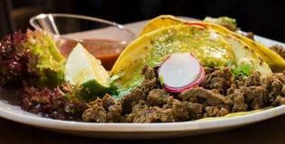 Мексиканские тако с говядиной, луком и овощами Стоковая Фотография RF