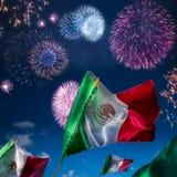 Мексиканские флаги с фейерверками, Днем независимости, ce de mayo cinco стоковые изображения rf