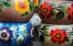 Мексиканские цветастые керамические баки в мастерской Стоковая Фотография